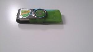 偽USBメモリ。ホログラムの部分の色が変わらず。